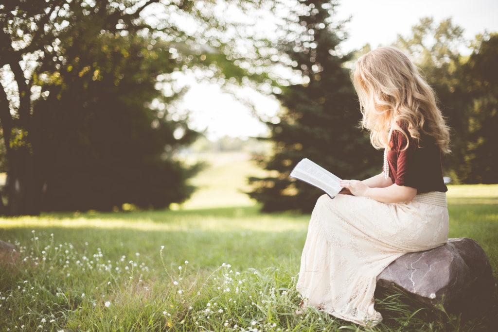 Kobieta pochłonięta lekturą
