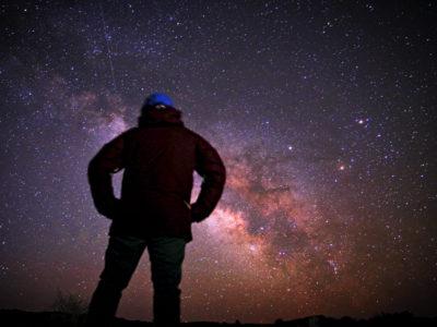 inżynier spogląda na gwiazdy