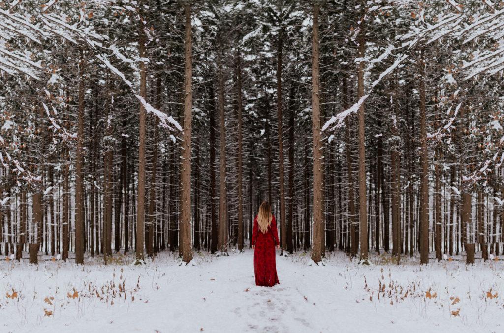 Samotna kobieta wchodzi doopustoszałego lasu