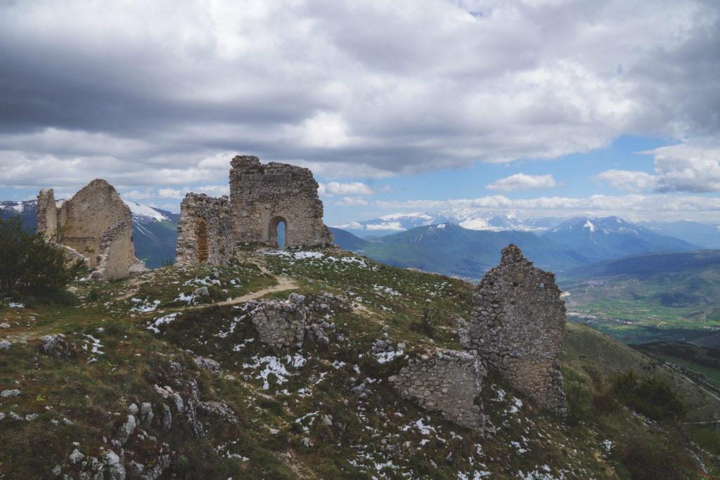 Nierozpoznawalne ruiny naszczycie góry