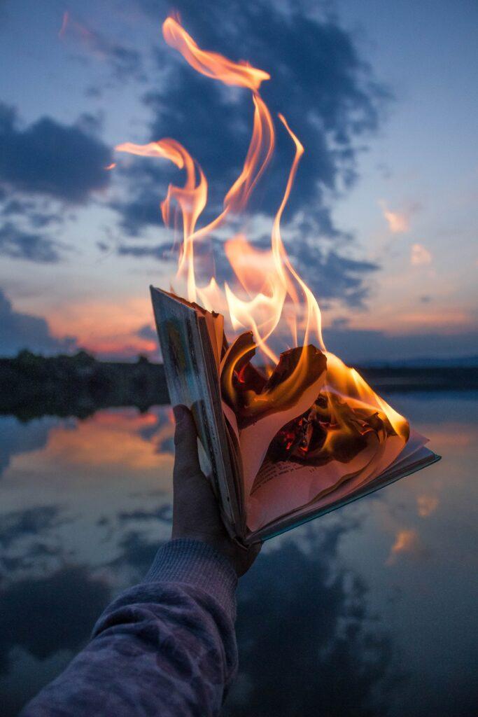 czy obrażać - płonąca książka