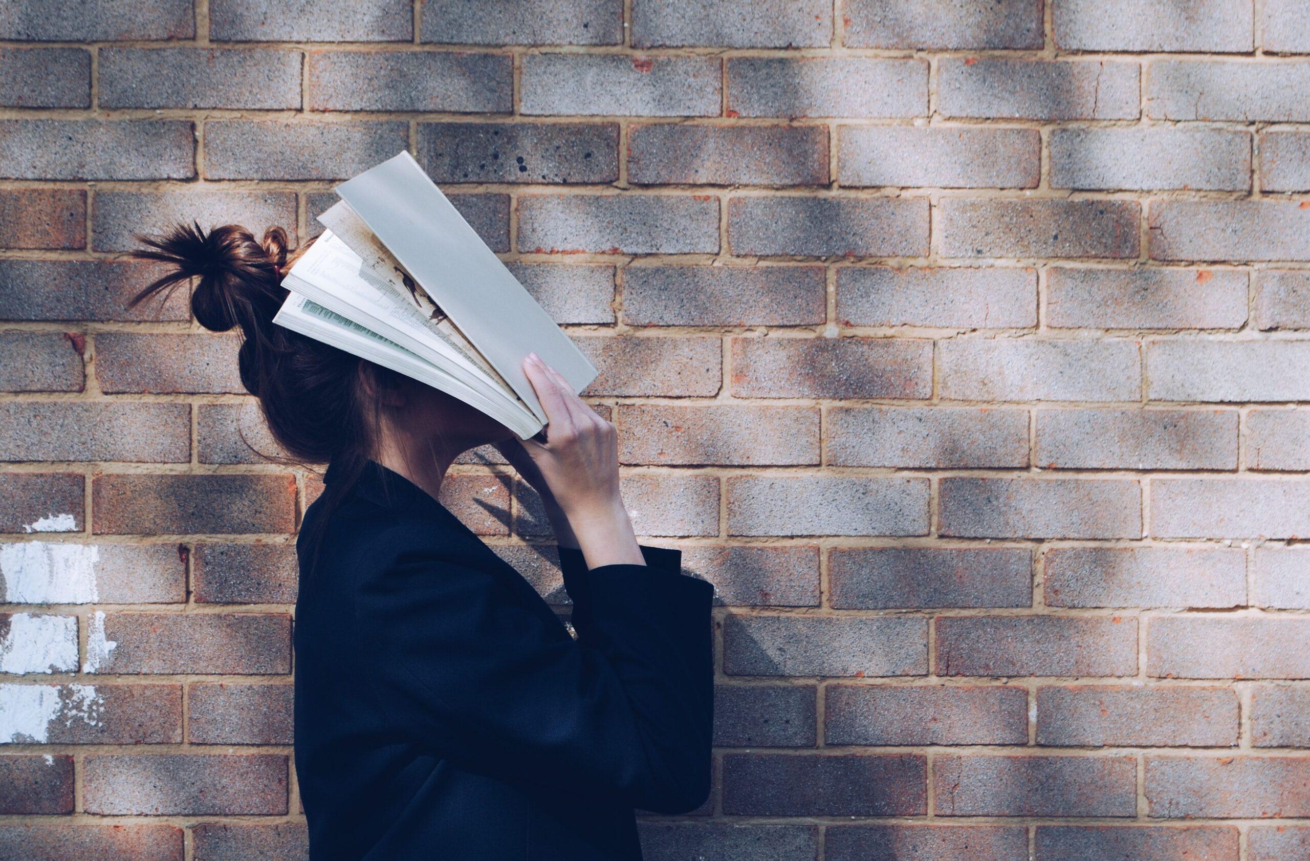 książka na twarzy